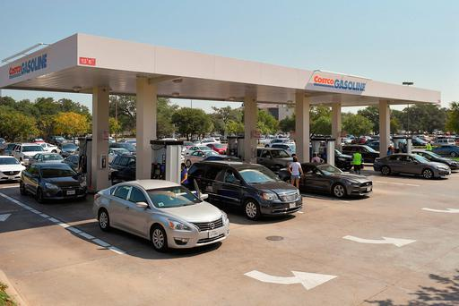 Motorist line-up for gasoline at a Costco gas station in the aftermath of Hurricane Harvey in Cedar Park, Texas, U.S., September 1, 2017. REUTERS/Mohammad Khursheed
