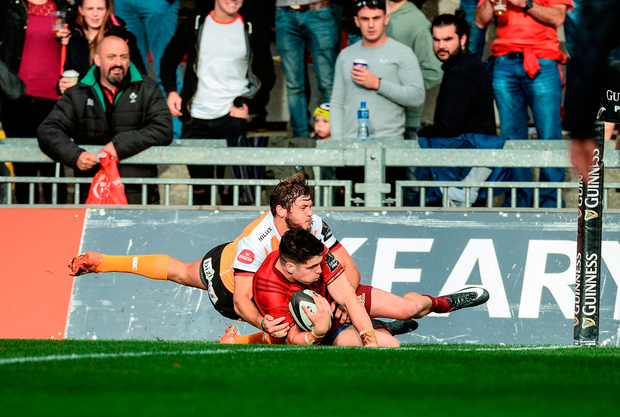 Alex Wootton of Munster scores his side's third try of the game despite the efforts of Robbie Petzer of Cheetahs. Photo by Diarmuid Greene/Sportsfile