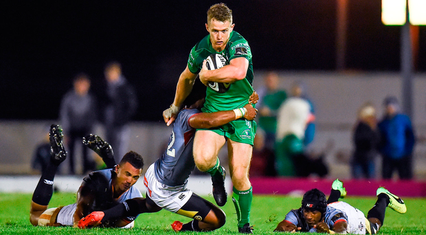Matt Healy of Connacht attempts to burst his way past Oliver Zono. Photo by Seb Daly/Sportsfile