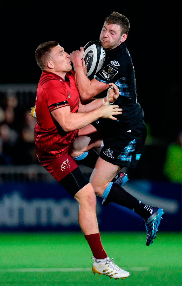 Andrew Conway of Munster in action against Finn Russell of Glasgow Warriors. Photo by Rob Casey/Sportsfile