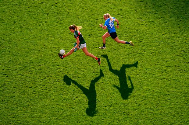 Mayo's Grace Kelly is chased down by Carla Rowe of Dublin. Photo: Stephen McCarthy/Sportsfile