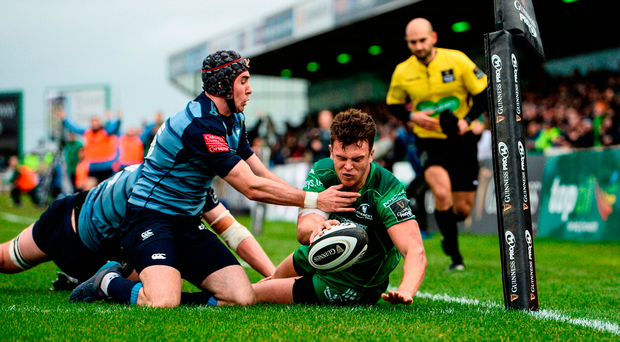 Tom Farrell of Connacht goes over for a try despite the efforts of Cardiff's Rhun Williams and Seb Davies. Photo by Diarmuid Greene/Sportsfile