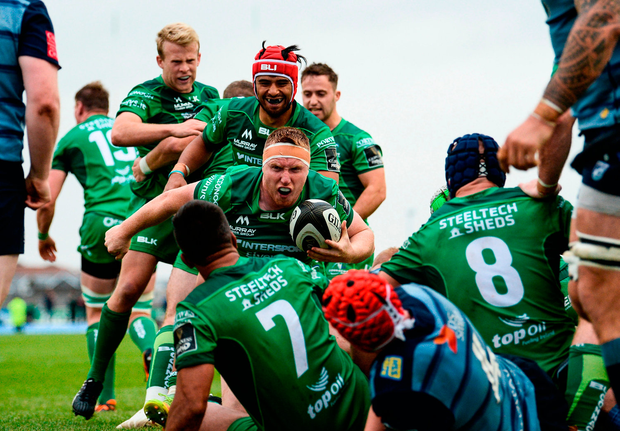 Shane Delahunt of Connacht celebrates with team-mates after scoring his side's second try. Photo by Diarmuid Greene/Sportsfile