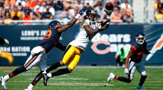 Martavis Bryant #10 of the Pittsburgh Steelers receives the football against Eddie Jackson #39 of the Chicago Bears. Photo: Getty Images