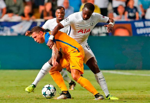 Tottenham Hotspur midfielder Moussa Sissoko (R) vies for the ball with Apoel FC's Spanish defender Roberto Lago. Photo: Getty Images