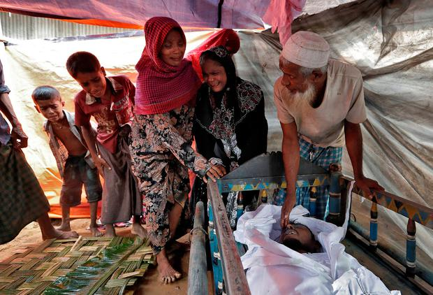 Rohingya refugees react as they see the remains of afamily member, whose family says he succumbed to injuries inflicted by the Myanmar Army before their arrival, in Cox's Bazar, Bangladesh, September 29, 2017. REUTERS/Cathal McNaughton