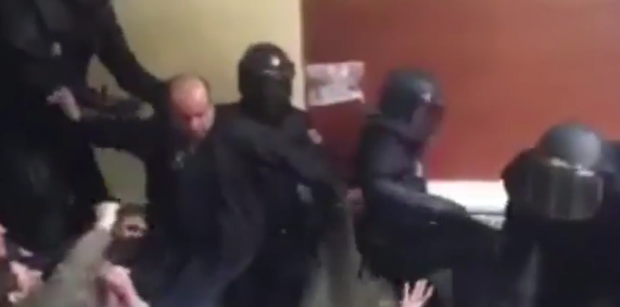 Video shows Spanish police hurling voters down stairs and snatching ballot boxes. Photo: Blanca Llum Vidal / Twitter