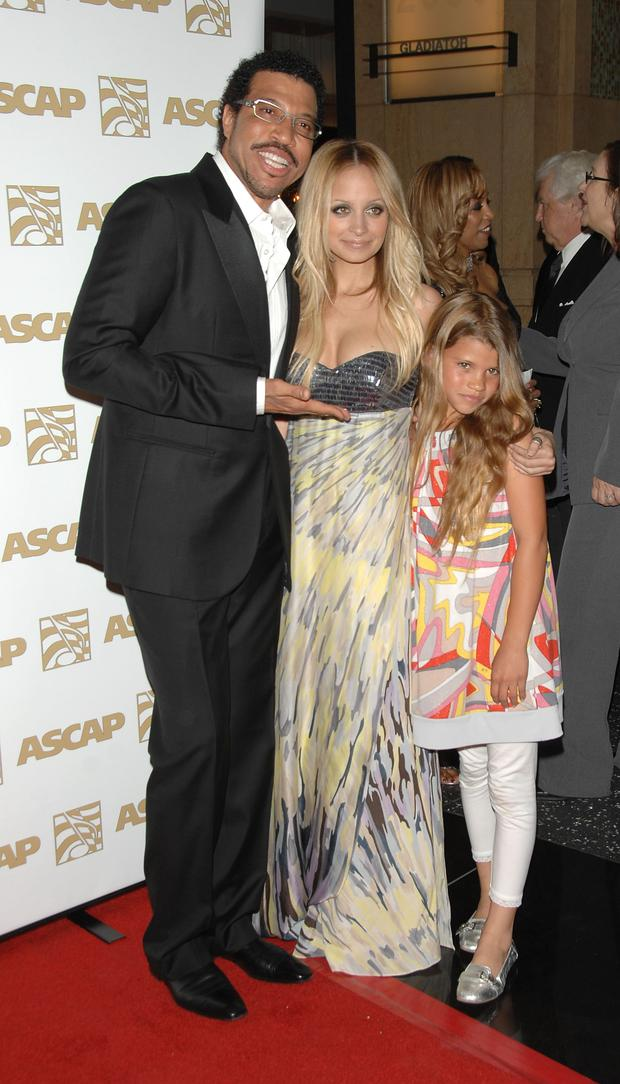 (L-R) Singer Lionel Richie, daughter Nicole Richie and daughter Sophia Richie in 2008. (Photo by Stephen Shugerman/Getty Images)