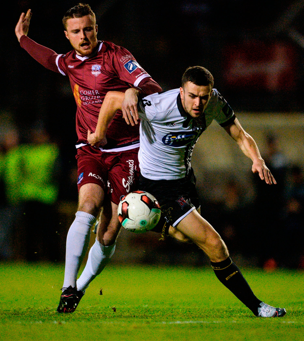 Michael Duffy of Dundalk in action against Niall Maher of Galway United. Photo by Piaras Ó Mídheach/Sportsfile