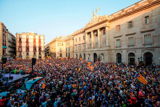 Catalan independence supporters hold a rally in front of the Generalitat de Catalunya after the Catalan parliament voted to declare independence. Photo: Jack Taylor/Getty Images)