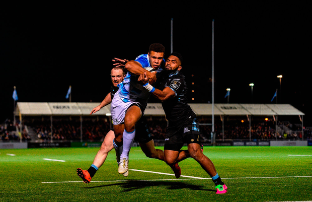 Adam Byrne of Leinster on his way to scoring his side's third try despite the tackle of Niko Matawalu of Glasgow Warriors. Photo by Ramsey Cardy/Sportsfile
