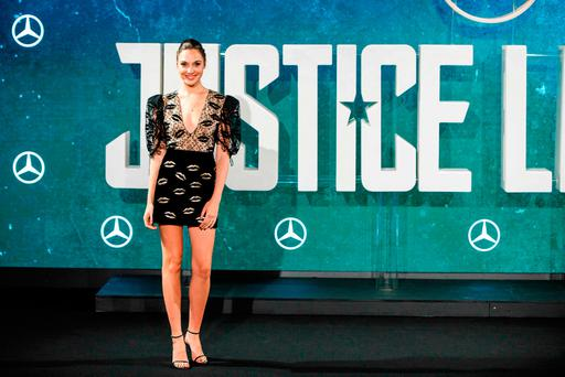 Israeli actress Gal Gadot poses at a photocall for the film 'Justice League' in central London on November 4, 2017. / AFP PHOTO / Tolga AKMENTOLGA AKMEN/AFP/Getty Images