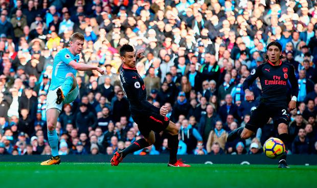 MANCHESTER, ENGLAND - NOVEMBER 05: Kevin De Bruyne of Manchester City scores his sides first goal during the Premier League match between Manchester City and Arsenal at Etihad Stadium on November 5, 2017 in Manchester, England. (Photo by Clive Brunskill/Getty Images)
