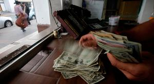 The employee of a currency exchange shop counts US dollar banknotes, in Ciudad Juarez, Mexico. Photo: Reuters
