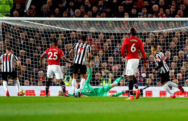 Newcastle United's Dwight Gayle (centre) scores his side's first goal Photo: Martin Rickett/PA Wire