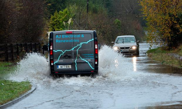 Cars make their way through floods on the Kerdiffstown in Sallins, Co. Kildare. Photo: Tony Gavin 22/11/2017