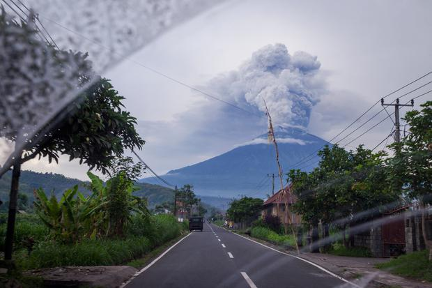 Mount Agung is seen spewing heavy volcanic ash from inside the car on November on November 28, 2017 in Karangasem, Island of Bali, Indonesia. (Photo by Andri Tambunan/Getty Images)
