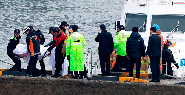 Salvage workers remove a body recovered from the wreck Photo: Yun Tae-hyun/Yonhap via AP