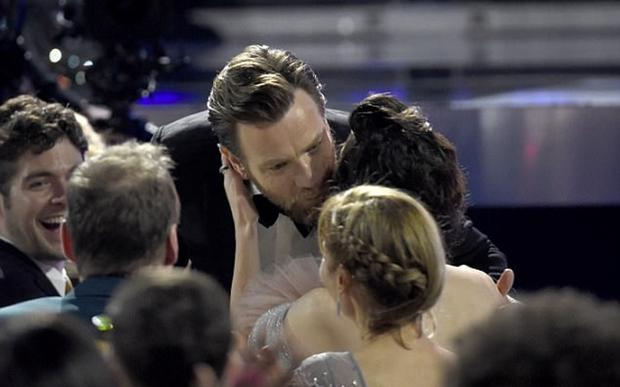 Ewan McGregor kissing Mary Elizabeth Wickstead while accepting his Critics' Choice Award