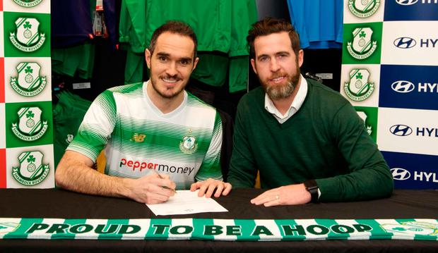 (l-r) Joey O'Brien is pictured with Shamrock Rovers manager Stephen Bradley after signing a deal with the Hoops