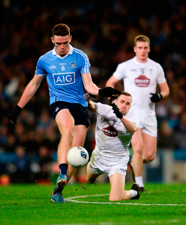 Brian Fenton of Dublin shoots under pressure from Cathal McNally of Kildare. Photo by Piaras Ó Mídheach/Sportsfile
