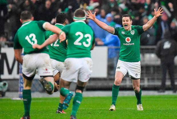Jonathan Sexton of Ireland celebrates with teammates after kicking the match winning drop goal during the NatWest Six Nations Rugby Championship match between France and Ireland at the Stade de France in Paris, France. Photo by Brendan Moran/Sportsfile