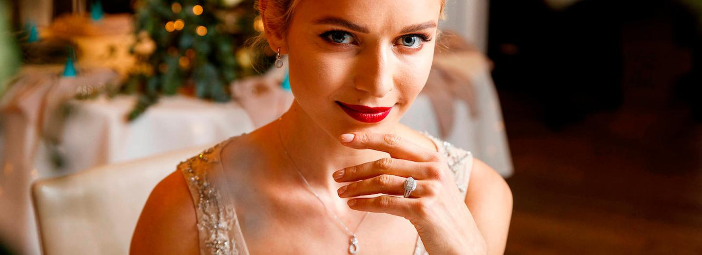 Repro Free: 17/01/2018 Fields the Jeweller has announced a brand new collaboration with leading Irish bridal designer Kathy de Stafford. The new Kathy de Stafford for Fields range showcases a stunning collection of diamond engagement and wedding rings, along with diamond pendants and earrings, and will be available exclusively at Fields the Jeweller stores nationwide and online at fields.ie/KDSforFields from 1st February. Model Teo Sutra is pictured wearing Kathy de Stafford for Fields Statement Collection, 18ct White Gold Diamond Split Band Ring, Price: Ä3100 and The Simone Dress. Picture Andres Poveda