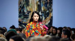 A model presents a creation from the JW Anderson collection during their catwalk show on the second day of London Fashion Week Autumn/Winter 2018 in London on February 17, 2018. / AFP PHOTO / NIKLAS HALLE'N