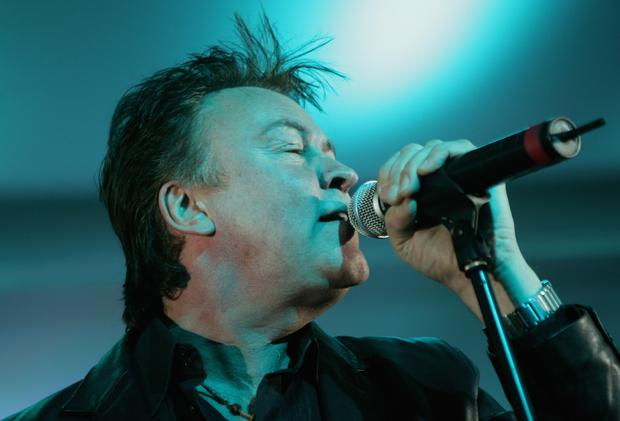 KITZBUEHEL, AUSTRIA - JANUARY 27: Singer Paul Young performs at the Hahnenkamm slalom races January 27, 2007 in Kitzbuehel, Austria. (Photo by Sean Gallup/Getty Images)