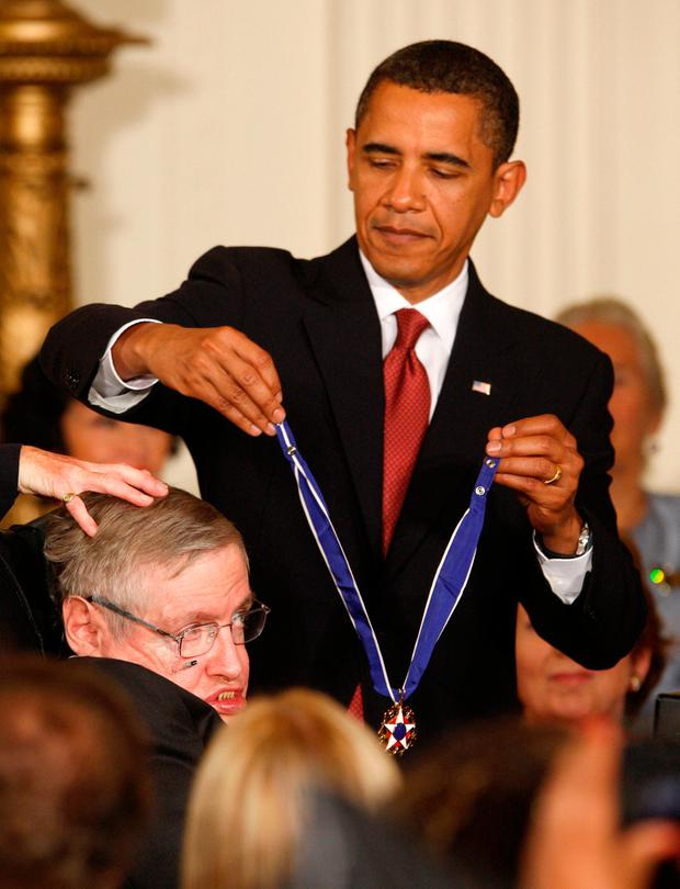 U.S. President Barack Obama presents the Medal of Freedom to scientist Stephen Hawking during a ceremony in the East Room of the White House in Washington, August 12, 2009. REUTERS/Jason Reed/File photo