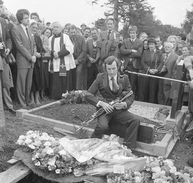 Liam Óg O'Flynn playing a lament at the funeral of celebrated uilleann piper Séamus Ennis in Dublin in 1982. Photo: Independent Newspapers Ireland/NLI Collection