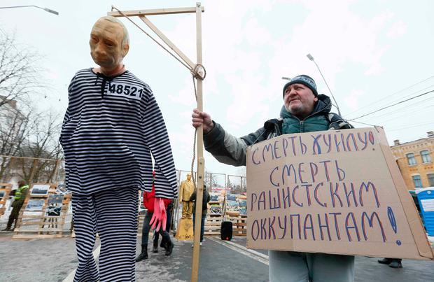 A participant holds a hanged effigy, depicting Russian President Vladimir Putin, during a rally held by Ukrainian nationalists near the Russian embassy in Kiev, Ukraine March 18, 2018. REUTERS/Valentyn Ogirenko