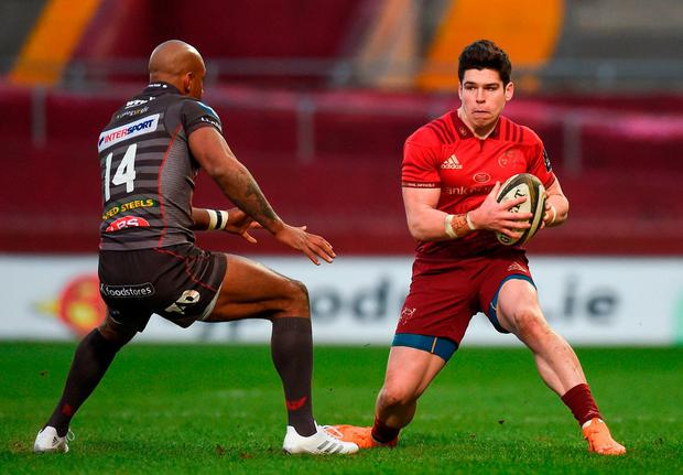 Alex Wootton of Munster in action against Tom Varndell of Scarlets. Photo by Diarmuid Greene/Sportsfile