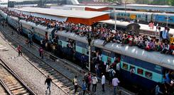 Passengers board an overcrowded train at a railway station in Ajmer, India, October 23, 2016. REUTERS/Himanshu Sharma/File photo