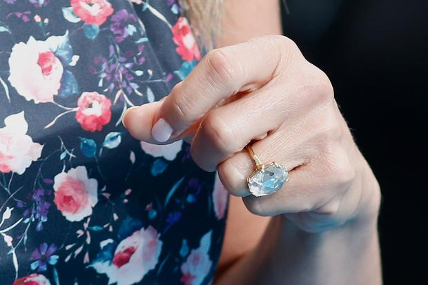 US actress Jennifer Aniston wears her diamond engagement ring as she arrives to attend the European premiere of the film 'We're The Millers' in London on August 14, 2013. AFP PHOTO / ANDREW COWIE (Photo credit should read ANDREW COWIE/AFP/Getty Images)