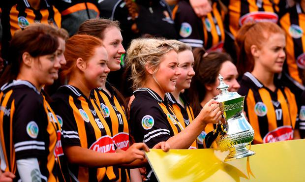 Kilkenny captain Shelly Farrell and her team-mates with the cup following the Littlewoods Ireland Camogie League Division 1 Final match between Kilkenny and Cork at Nowlan Park in Kilkenny. Photo by Stephen McCarthy/Sportsfile