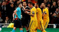 Juventus' Gianluigi Buffon and team mates remonstrate with referee Michael Oliver after he awarded a penalty to Real Madrid REUTERS/Paul Hanna