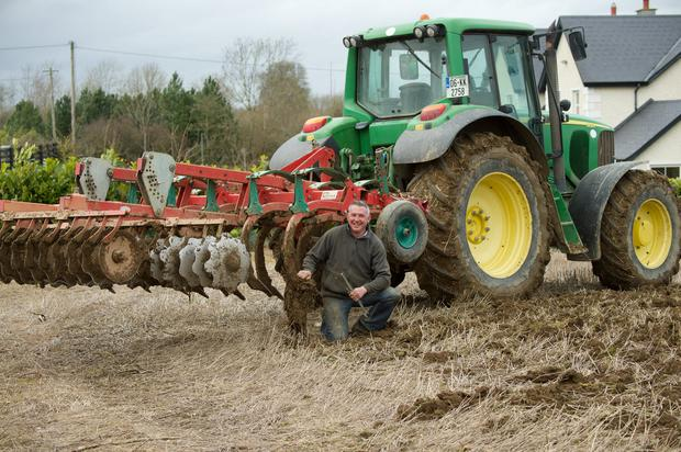 Ciaran Phelan adjusts a tine on the final run in 18 acre field for spring barley.The land was soft but workable on the headland in Castleellis , Gowran, Co Kilkenny. Photo Roger Jones.