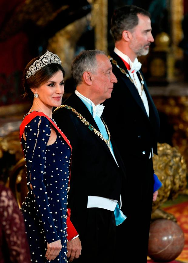 King Felipe VI of Spain (R) and his wife Queen Letizia (L) flank Portuguese President Marcelo Rebelo de Sousa as they receive guests before holding a state dinner at the Royal Palace in Madrid on April 16, 2018. / AFP PHOTO / GABRIEL BOUYSGABRIEL BOUYS/AFP/Getty Images