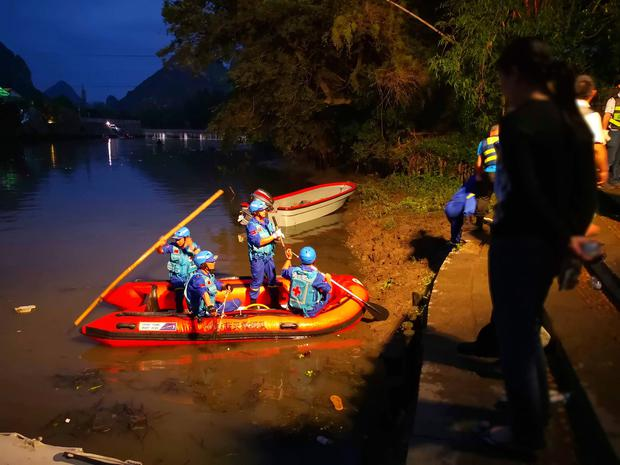 Rescuers prepare to search for missing boaters on the Taohua River in Guilin in southern China's Guangxi Zhuang Autonomous Region, Saturday, April 21, 2018. (Chinatopix via AP)