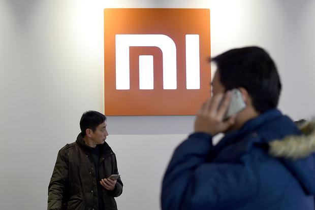 Customers with their phones at a Xiaomi shop in Beijing. Photo: AFP/Getty Images