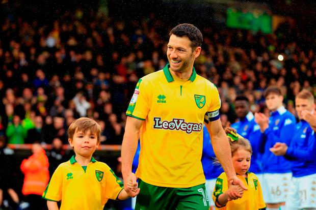 NORWICH, ENGLAND - APRIL 28: Wes Hoolahan of Norwich City walks out with his children to a guard of honour as he makes his last appearance for the club during the Sky Bet Championship match between Norwich City and Leeds United at Carrow Road on April 28, 2018 in Norwich, England. (Photo by Stephen Pond/Getty Images)