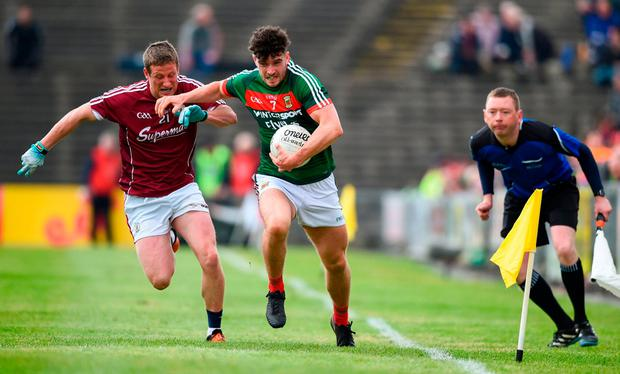 Mayo's Cian Bourke makes a break down the line closely pursued by Aongus Ó hlarnáin of Galway. Photo: David Fitzgerald/Sportsfile
