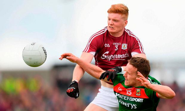 Galway's Sean Andy Ó Ceallaigh gets to the ball ahead of Mayo's Andy Moran. Photo: Eóin Noonan/Sportsfile