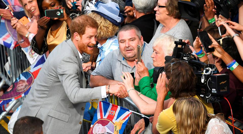Britain's Prince Harry greets wellwishers outside Windsor Castle ahead of his wedding to Meghan Markle tomorrow, in Windsor, Britain, May 18, 2018. REUTERS/Dylan Martinez