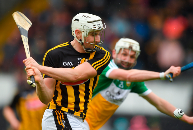 20 May 2018; Liam Blanchfield of Kilkenny shoots to score his side's second goal as Dermott Shortt of Offaly closes in during the Leinster GAA Hurling Senior Championship Round 2 match between Kilkenny and Offaly at Nowlan Park in Kilkenny. Photo by Piaras Ó Mídheach/Sportsfile