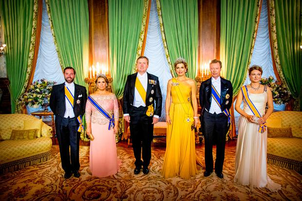 (L-R) Hereditary Grand Duke Guillaume of Luxembourg, Grand Duchess Maria Teresa of Luxembourg, King Willem-Alexander of The Netherlands, Queen Maxima of The Netherlands, Grand Duke Henri of Luxembourg and Hereditary Grand Duchess Stephanie of Luxembourg during the official picture at the state banquet in the Grand Ducal Palace on May 23, 2018 in Luxembourg, Luxembourg. The Dutch King and Queen are in Luxembourg for a three day state visit. (Photo by Patrick van Katwijk/Getty Images)
