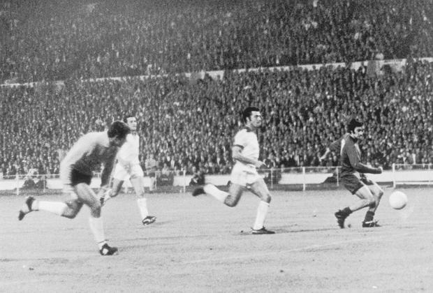 Benfica's Goalkeeper Jose Henrique (left) races back to his goal in a vain attempt to stop George Best (right) of Manchester United from scoring his team's second goal in the the European Cup final at Wembley, 29th May 1968. Photo: Wesley/Keystone/Getty Images