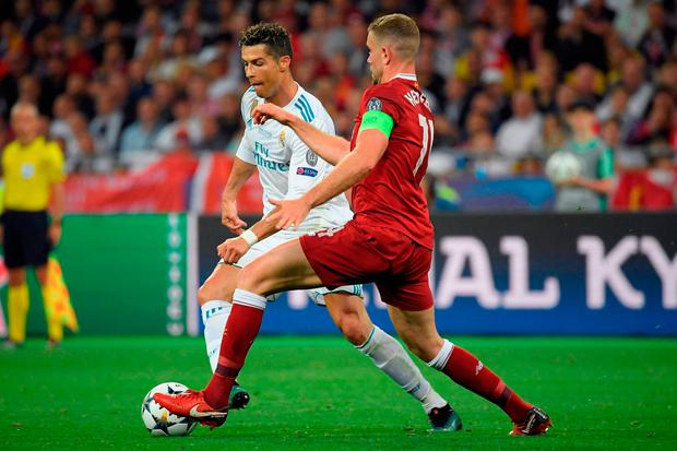Real Madrid's Portuguese forward Cristiano Ronaldo (L) vies with Liverpool's Liverpool's English midfielder Jordan Henderson. Photo: Getty Images