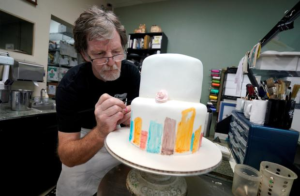 Jack Phillips decorates a cake in his Masterpiece Cakeshop in Colorado REUTERS/Rick Wilking/File Photo